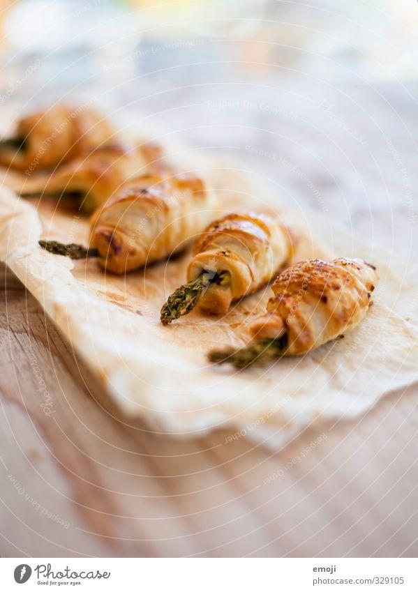 ummantelt Gemüse Teigwaren Backwaren Brötchen Croissant Ernährung Picknick Vegetarische Ernährung lecker gelb Spargel Saison Farbfoto Innenaufnahme Menschenleer