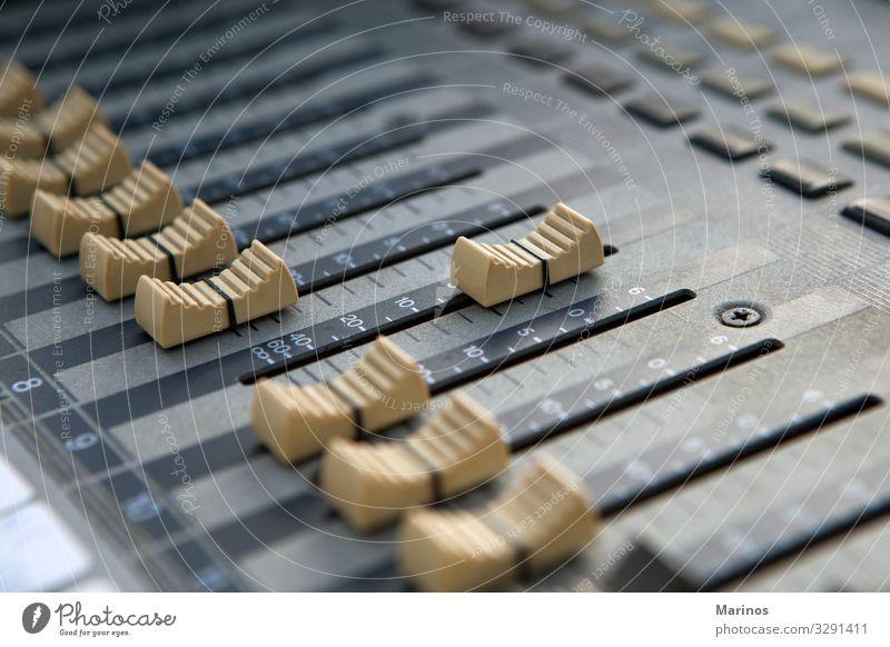 Tonmischregler. Entertainment Musik Diskjockey Industrie Technik & Technologie Musiker Medien Kontrolle Klang Mixer Regler Knöpfe Audio rühren Fader Lautstärke