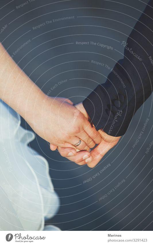 Ein Hochzeitspaar, das sich an den Händen hält. Frau Erwachsene Mann Paar Hand berühren Liebe Zusammensein Romantik Partnerschaft Braut striegeln Aussicht Halt