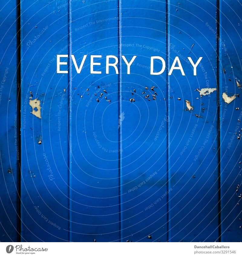 Geschriebenes | every da blau Holz Graffiti Wand Mauer Fassade Metall Schriftzeichen offen Zeichen Wort Englisch immer Geschäftszeiten
