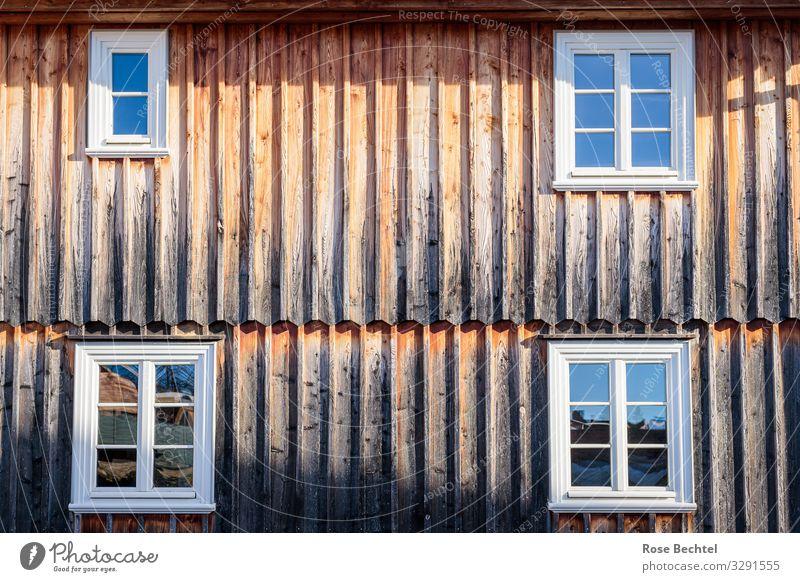 Vier Fenster Haus Holzfassade alt eckig einfach nachhaltig Wärme braun Farbfoto Außenaufnahme Textfreiraum Mitte Tag Reflexion & Spiegelung Sonnenlicht