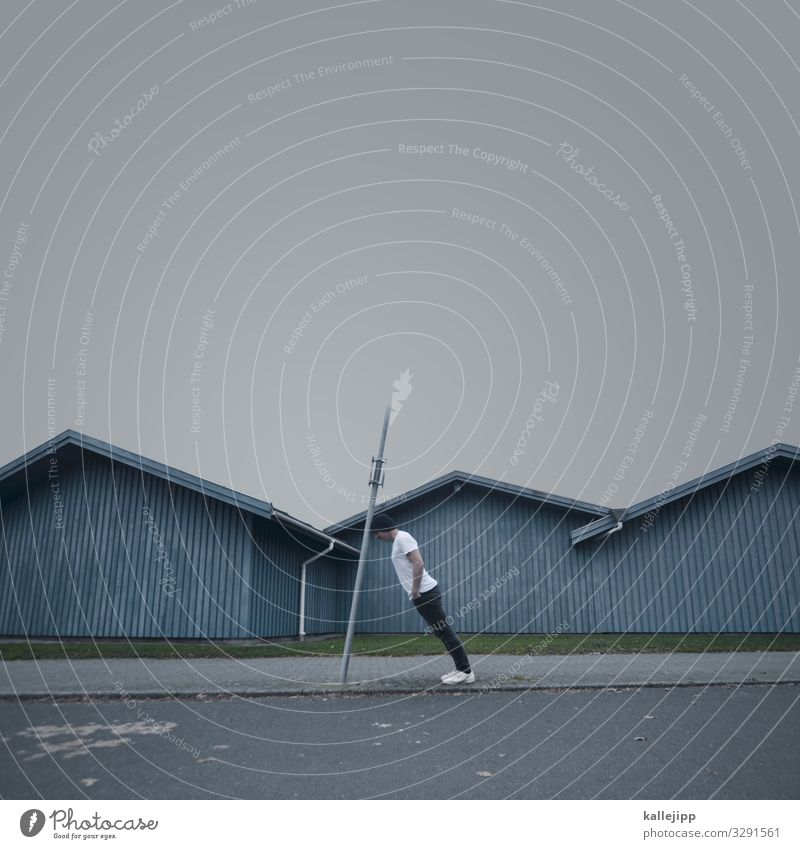 Mann lehnt an Pfahl Mensch maskulin Erwachsene Körper 1 45-60 Jahre Dorf Fischerdorf Hütte Dach stehen Holzpfahl verrückt Neigung Holzhütte Ecke Mast skurril