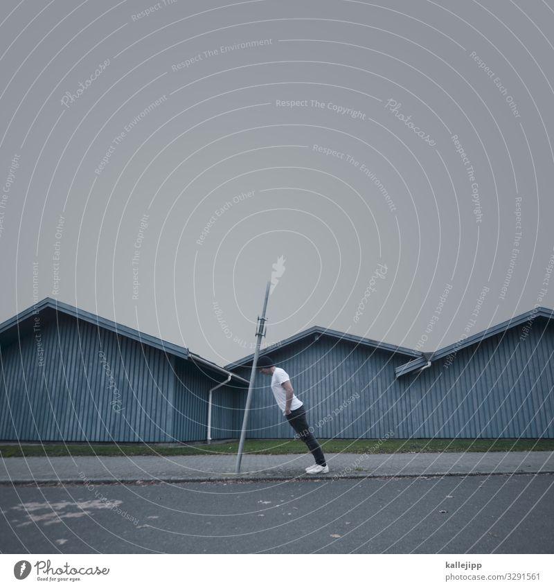 sonderbares in sønderborg Mensch maskulin Mann Erwachsene Körper 1 45-60 Jahre Dorf Fischerdorf Hütte Dach stehen Holzpfahl verrückt Neigung Holzhütte Ecke Mast