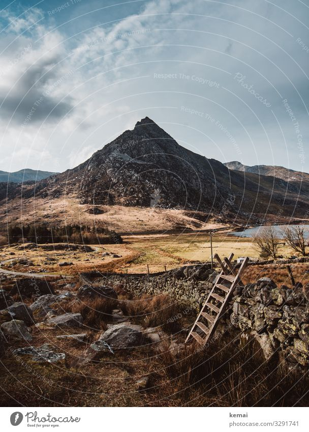Tryfan, Berg im Snowdonia National Park in Wales, Stile im Vordergrund Landschaft Leiter Mauer Trockenmauer typisch schön Idylle Berge u. Gebirge Natur Wolken