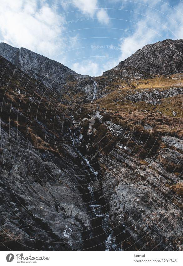 Kleiner Bach am Berg in Wales Stein Fels Wasser Wasserfall Gestein Gebirge fließen hoch authentisch Himmel Wolken blau schönes Wetter Felsen Natur Landschaft