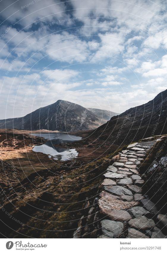 Bergpfad in Snowdonia, Wales Berge Gipfel Pfad Weg Stein authentisch naturbelassen Natur Naturschönheit wandern menschenleer Einsamkeit See Bergsee Wolken