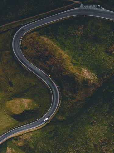 S-Kurve: Straße mit Auto von oben Landschaft Wiese Verkehr PKW Straßenverkehr grün Autofahren vogelperspektive Drohnenaufnahme Ruhe Idylle England Asphalt