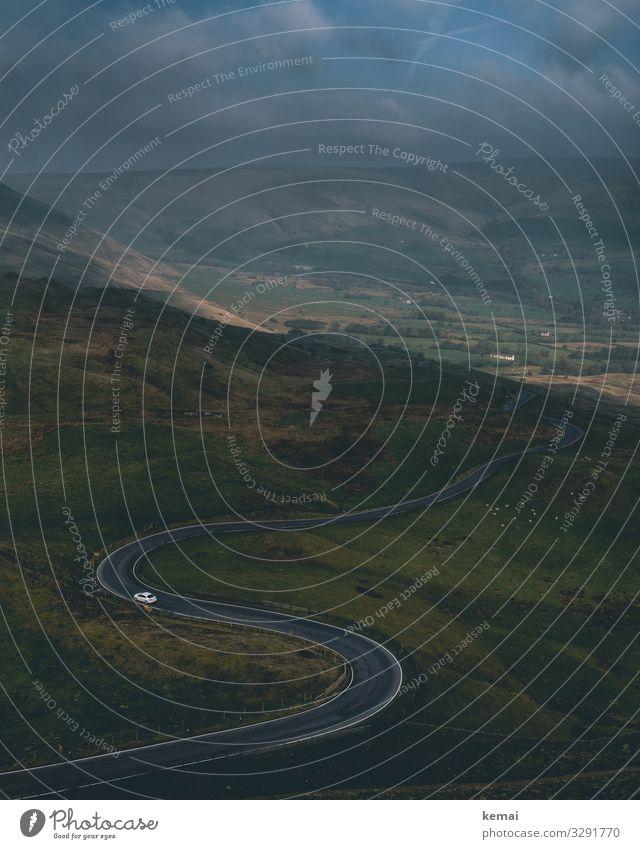 Kurvige Straße mit weißem Auto Hügel Hügellandschaft England Peak District grün Natur Naturmystik Naturschönheit Sonnenaufgang morgens Nebel Idylle dunkel Licht