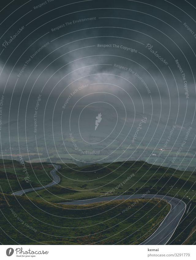 Kurvige Straße und dunkle Wolken Kurve kurvig Weg Asphalt Asphaltband schlängeln grün düster dunkel Wetter Nebel Lichtblick Himmel Landschaft Natur Hügel