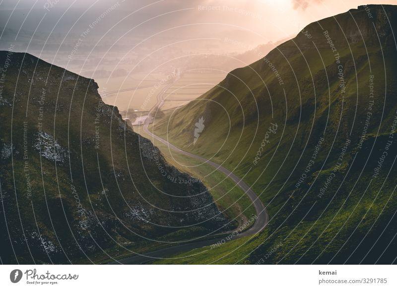 Straße durch einen Canyon bei Sonnenaufgang Hügel Hügellandschaft Felsen England Peak District grün Natur Naturmystik Naturschönheit menschenleer morgens Nebel