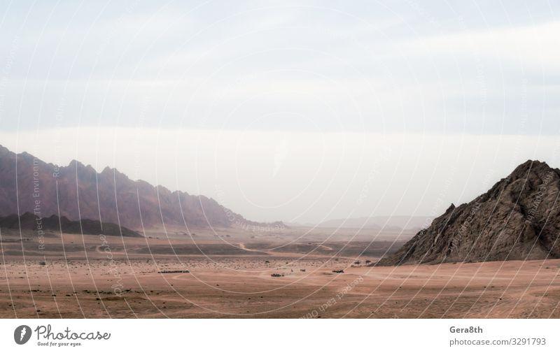 Panoramablick auf Wüste mit Felsengebirge in Ägypten exotisch Ferien & Urlaub & Reisen Tourismus Ausflug Berge u. Gebirge Natur Landschaft Himmel Wolken Nebel