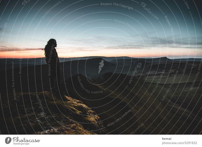 Frau auf Hügel kurz nach Sonnnuntergang, schaut in die Ferne Lifestyle harmonisch Wohlgefühl Zufriedenheit Sinnesorgane Erholung ruhig Freizeit & Hobby