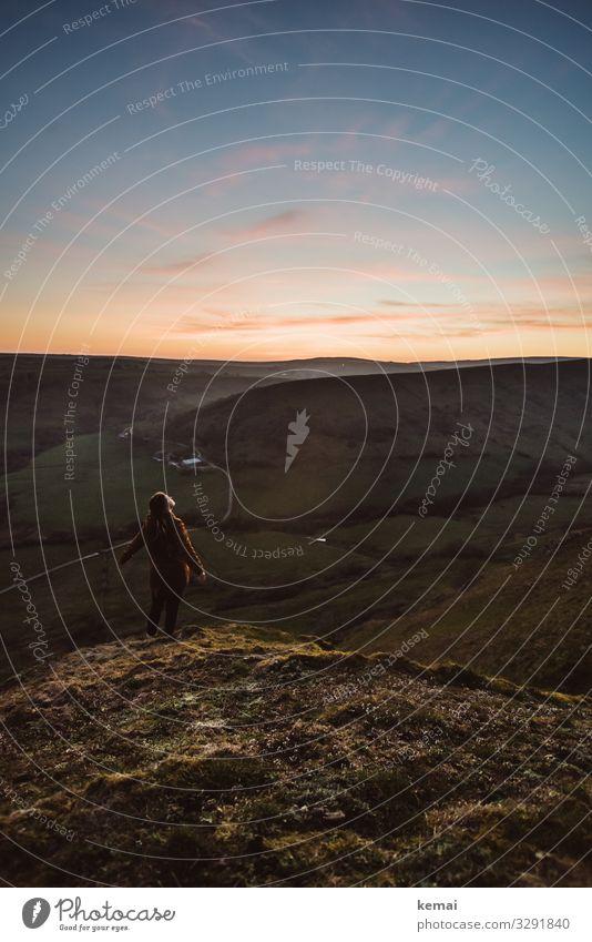 Frau auf einem Hügel bei Sonnenuntergang Blick nach vorn Profil Ganzkörperaufnahme Panorama (Aussicht) Porträt Gegenlicht Sonnenlicht Silhouette Kontrast