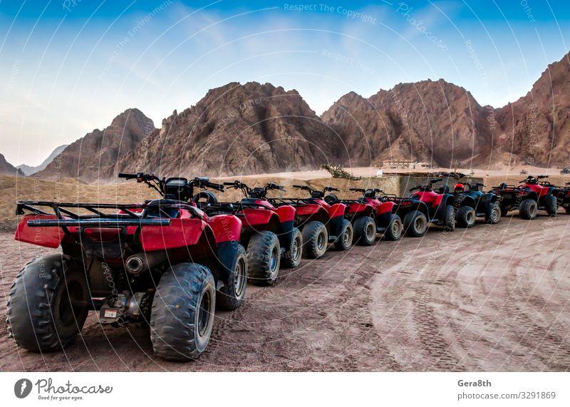 Serie von ATVs auf dem Hintergrund von Bergen in der Wüste Sommer Berge u. Gebirge Maschine Sand Himmel Felsen Verkehr Straße Stein blau rot Ägypten
