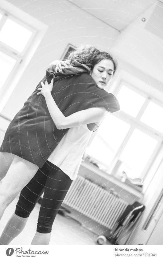Umarmung maskulin feminin 2 Mensch 18-30 Jahre Jugendliche Erwachsene Bühne Tanzen Tanzveranstaltung Tänzer Balletttänzer stehen streichen Umarmen ästhetisch