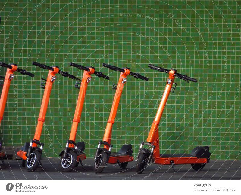 Fuhrpark Haus Mauer Wand E-Scooter stehen modern Stadt grün orange Mobilität nachhaltig Umwelt Wandel & Veränderung Zukunft Elektroroller Farbfoto Außenaufnahme