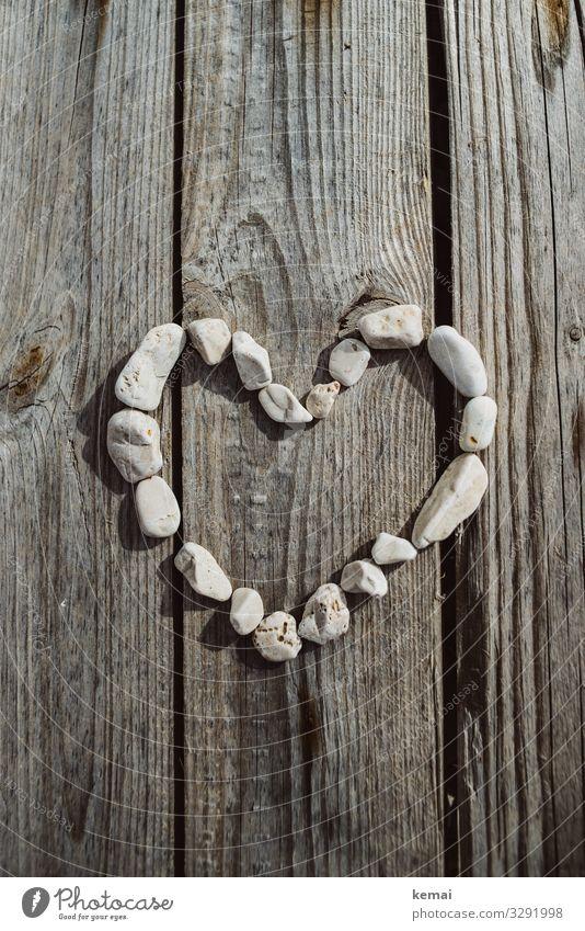 Herz aus Stein Lifestyle harmonisch Zufriedenheit Valentinstag Kieselsteine Holzbrett Zeichen herzförmig authentisch hell Kitsch natürlich Originalität schön