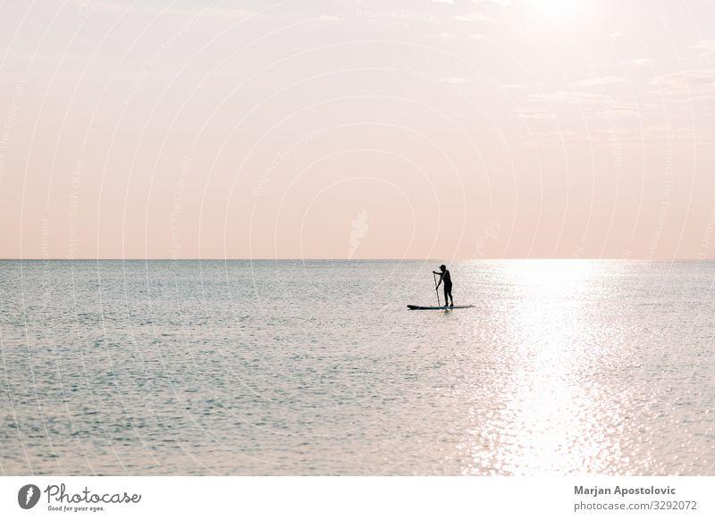 Mann auf einem Brett auf dem Meer bei Sonnenuntergang Lifestyle Freude sportlich Fitness Leben harmonisch Freizeit & Hobby Ferien & Urlaub & Reisen Tourismus