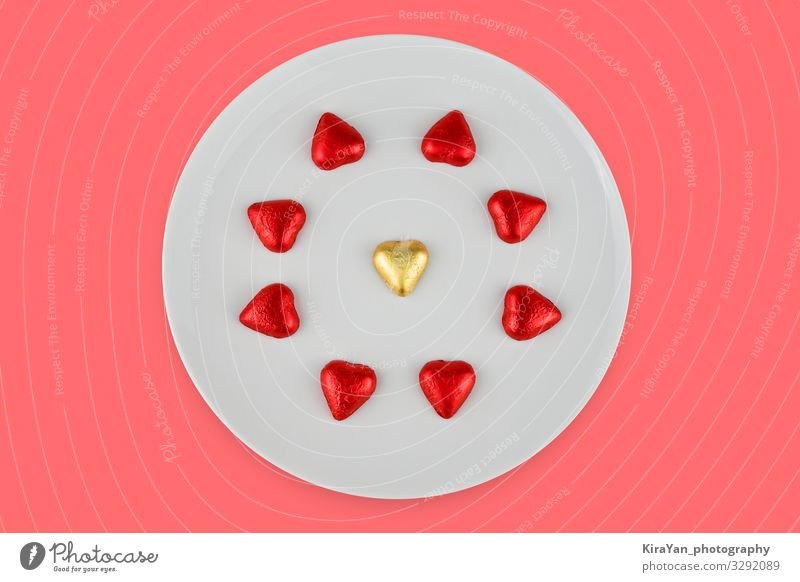 Abstrakte Schokoladenbonbons in Herzform auf weißem Teller Dekoration & Verzierung Feste & Feiern Valentinstag Hochzeit Paar Liebe hell rosa rot Romantik