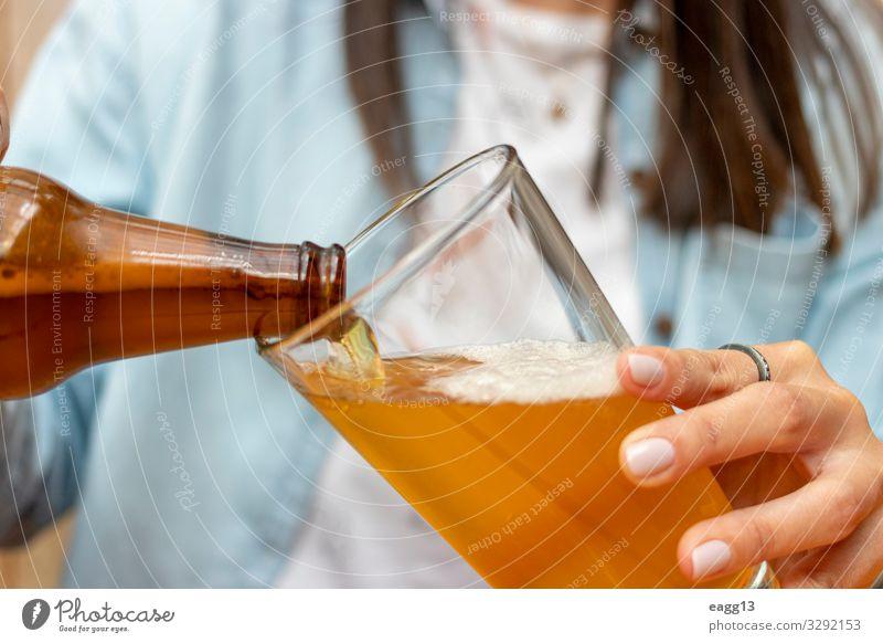 Frau, die ein Bier in einem Glasbecher serviert Getränk trinken Alkohol Lifestyle Glück schön Sommer Nachtleben Entertainment Party Restaurant Club Disco Bar