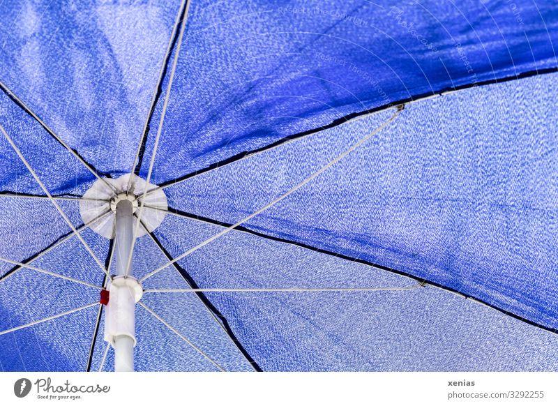 blauer Sonnenschirm von unten betrachtet Stoff Strebe weiß Wetterschutz Xenias Nahaufnahme Detailaufnahme Menschenleer Textfreiraum rechts Textfreiraum oben