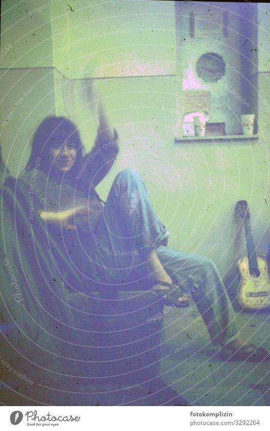retro gitarre Ferien & Urlaub & Reisen Abenteuer Ferne Sommerurlaub feminin Junge Frau Jugendliche Leben 1 Mensch 18-30 Jahre Erwachsene Gitarre sitzen warten