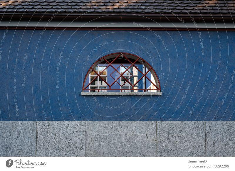 blaue Mauer mit halbrundem Fenster Wand blaue wand Fenster Gitter Durchblick Fassade Menschenleer