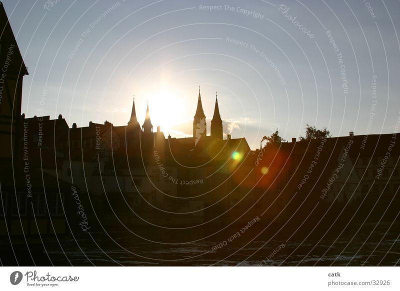Dom im Gegenlicht Sonne Wasser Fluss Bamberg Deutschland Europa Stadt Architektur Sehenswürdigkeit Wahrzeichen Originalität gold Regnitz nepomuk Außenaufnahme
