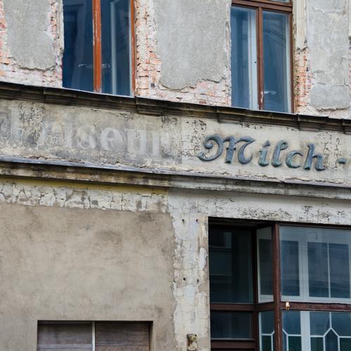 Friseur Milch Handel lost places Görlitz Fassade Fenster Wort alt authentisch eckig historisch grau Stimmung Akzeptanz Verschwiegenheit zurückhalten Ende