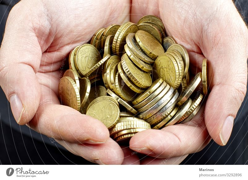 Hände, die Euro-Münzen halten Geld Wirtschaft Kapitalwirtschaft Geldinstitut Business Erfolg Mann Erwachsene Arme Metall festhalten gold Macht Anhäufung Bargeld