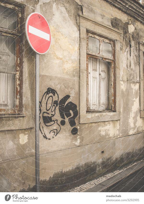 Urbanes Bild Graffiti Fassade urban Stadt Wand Fenster Architektur Gebäude Bauwerk Mauer Außenaufnahme Menschenleer trist alt grau Beton Gedeckte Farben kaputt