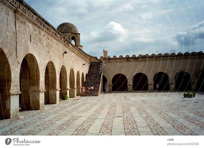 moscheeplatz alt Religion & Glaube Stein Gebäude Fassade Treppe Platz Kirche Sauberkeit Kultur Afrika Terrasse Sehenswürdigkeit Dom Bogen