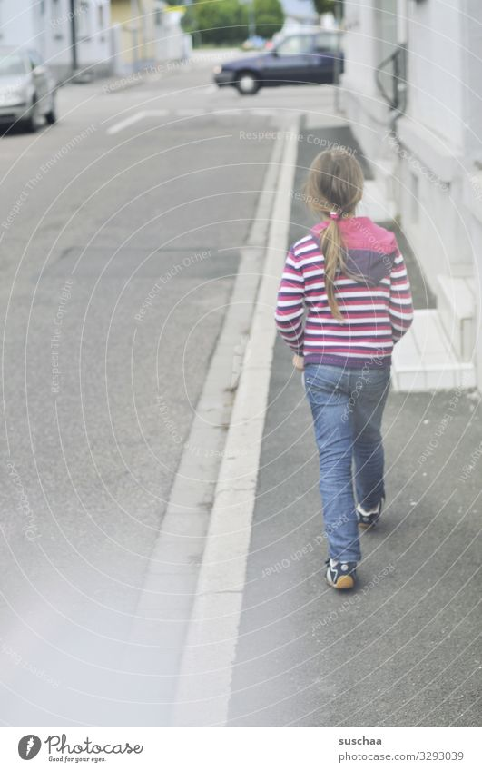 durch's dorf marschieren (2) Kind Mädchen laufen gehen schreiten Gang Bürgersteig Fußweg Straße Dorf PKW Verkehr Alltagsfotografie nach Hause gehen Spaziergang