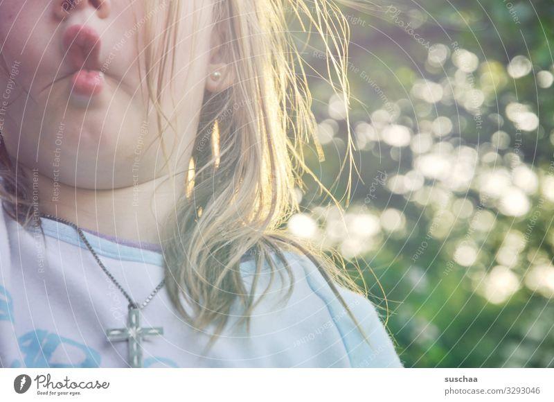 hasenschnute Kind Mädchen Kindheit Gesicht Mund Kindermund Haare & Frisuren zerzaust Detailaufnahme süß Spielen Hasenschnute Grimasse Außenaufnahme wild Übermut