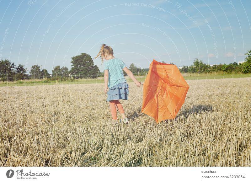 mein schirm ist kaputt Feld Strohfeld Getreideacker Stoppelfeld Natur Landschaft Sommer Kind Mädchen Kindheit Regenschirm orange Außenaufnahme skurril seltsam