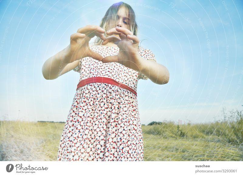 herzliche grüße (2) Kind Mädchen Hand Finger Gruß Herz herzliche Grüße Liebesgruß gestikulieren herzförmig Zuneigung Freundschaft Kommunikation Außenaufnahme