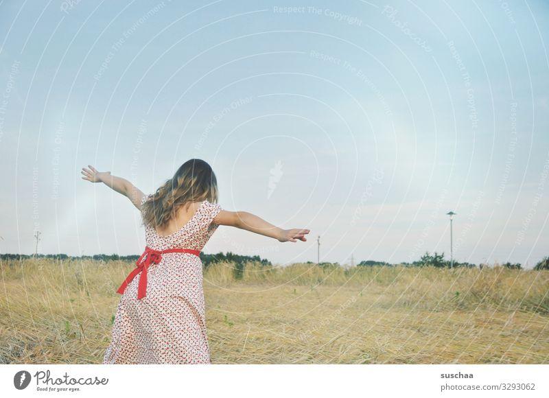 """mädchen auf einem strohfeld spielt """"fliegen"""" Kind Mädchen Kleid Außenaufnahme Natur Feld Getreidefeld Kornfeld Strohfeld Landschaft Sommer Wärme ausgestreckt"""