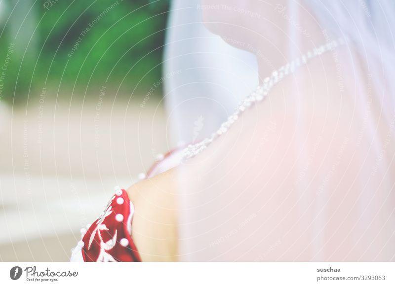 detailansicht einer braut im brautschleier Braut Hochzeit Heirat Hochzeitsfeier Frau Schleier Brautkleid feierlich Brautschleier Stickerei Dekolleté Unschärfe