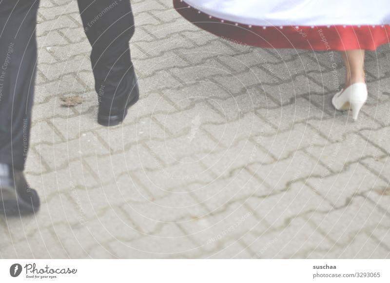 auf freiersfüßen .. Mann Frau Beine Fuß Schuhe Ball Feste & Feiern Hochzeit Ballkleid Brautkleid Damenschuhe Betonpflastersteine festlich Ehe Bund für's Leben