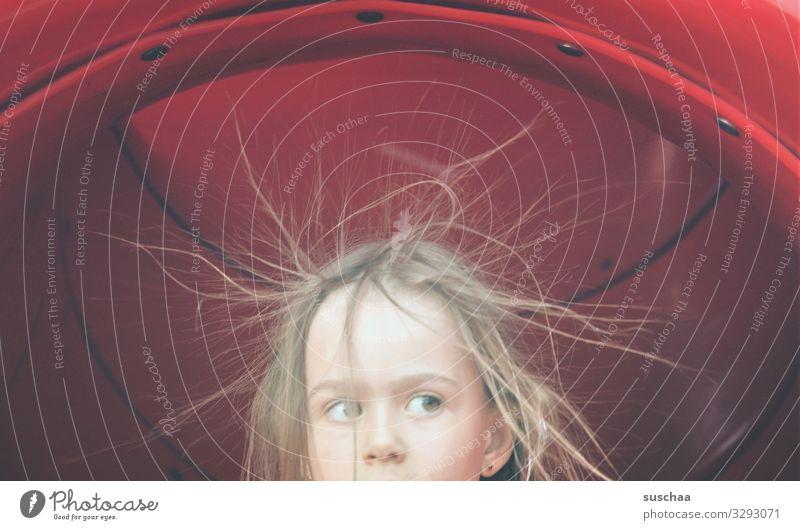 kopf eines mädchens, dessen haare durch elekrostatische aufladung sprichwörtlich vom kopf abstehen Kind Mädchen Kopf Gesicht Haare & Frisuren elektrisch Tunnel