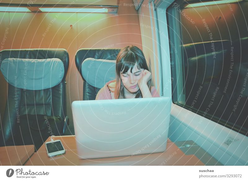 zugfahr'n Kind Mädchen Jugendliche 13-18 Jahre Ferien & Urlaub & Reisen Bahnfahren Bahnabteil Nacht Sitzgelegenheit Tisch Elektrisches Gerät Notebook Handy