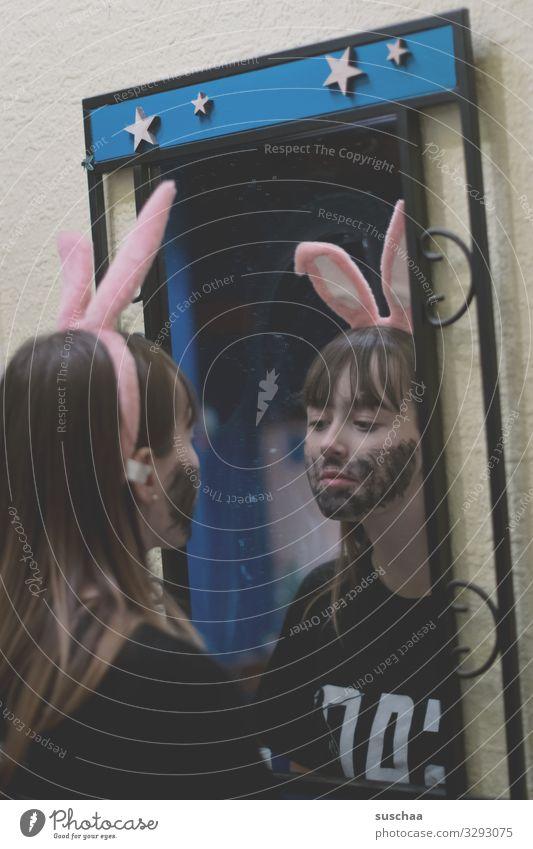 10 jahre später .. verkleiden Verkleidung Hasenohren Spiegel Mädchen Junge Frau Jugendliche Teenager angemalt Gesicht Farbe Bart seltsam lustig irritierend