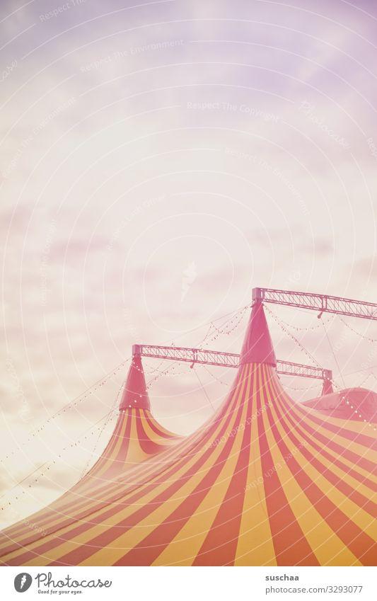 über dem zirkuszelt Zirkus Zirkuszelt Show träumen für Kinder Vorfreude Jahrmarkt Eingang Sensation Akrobatik Zelt Himmel hoch mehrfarbig gestreift Wolken