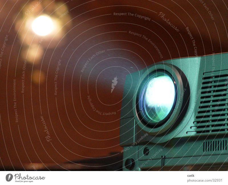 Video Beamer Beleuchtung leuchten modern Technik & Technologie Fernsehen Informationstechnologie Linse Entertainment seriös Präsentation Lichtschein Besprechung