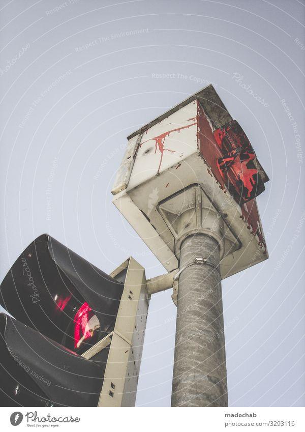 Straßenkunst Ampel Verkehr rot Himmel Licht Menschenleer Farbfoto Fußgänger Fußgängerampel stop warten Hinweis Verkehrsschild Behörde