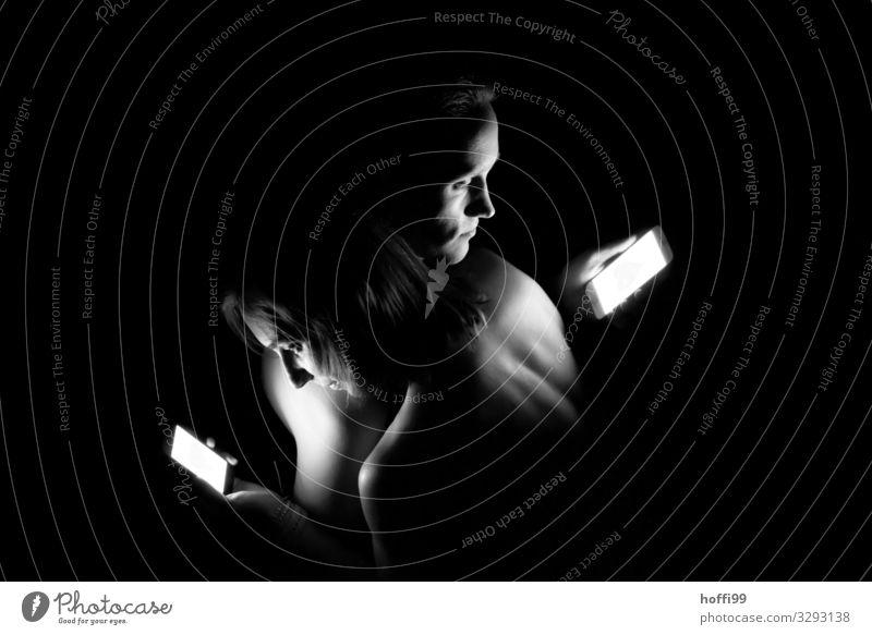 Der Mensch im Medienrausch Lifestyle Gesicht Ferien & Urlaub & Reisen Handy Unterhaltungselektronik Telekommunikation Internet Partner Kopf Rücken 2 18-30 Jahre