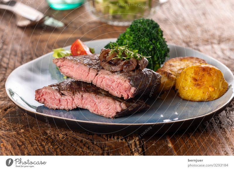 Steak Fleisch Gemüse Mittagessen Abendessen Teller Tisch Grill Holz frisch lecker saftig rot weiß Filet argentinisch Hauptgang karamellisiert Zwiebel