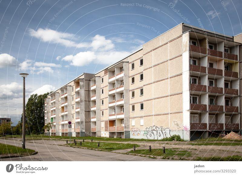 empty streets (13). Stadt Baum Haus Fenster Straße Architektur Lifestyle Graffiti Wege & Pfade Gras Gebäude Fassade Hochhaus Schönes Wetter Pause Skyline