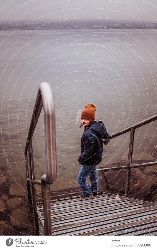 Junge steht an Treppe zum see Lifestyle Freizeit & Hobby Mensch maskulin Kind Kindheit Jugendliche 1 8-13 Jahre Umwelt Natur Landschaft Winter Wetter Seeufer