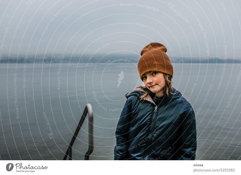 Junge am Seeufer im Winter Fisch Ausflug Freiheit Wassersport Mensch maskulin Kind Kindheit 1 8-13 Jahre Umwelt Natur Landschaft Himmel Klima Nebel Küste
